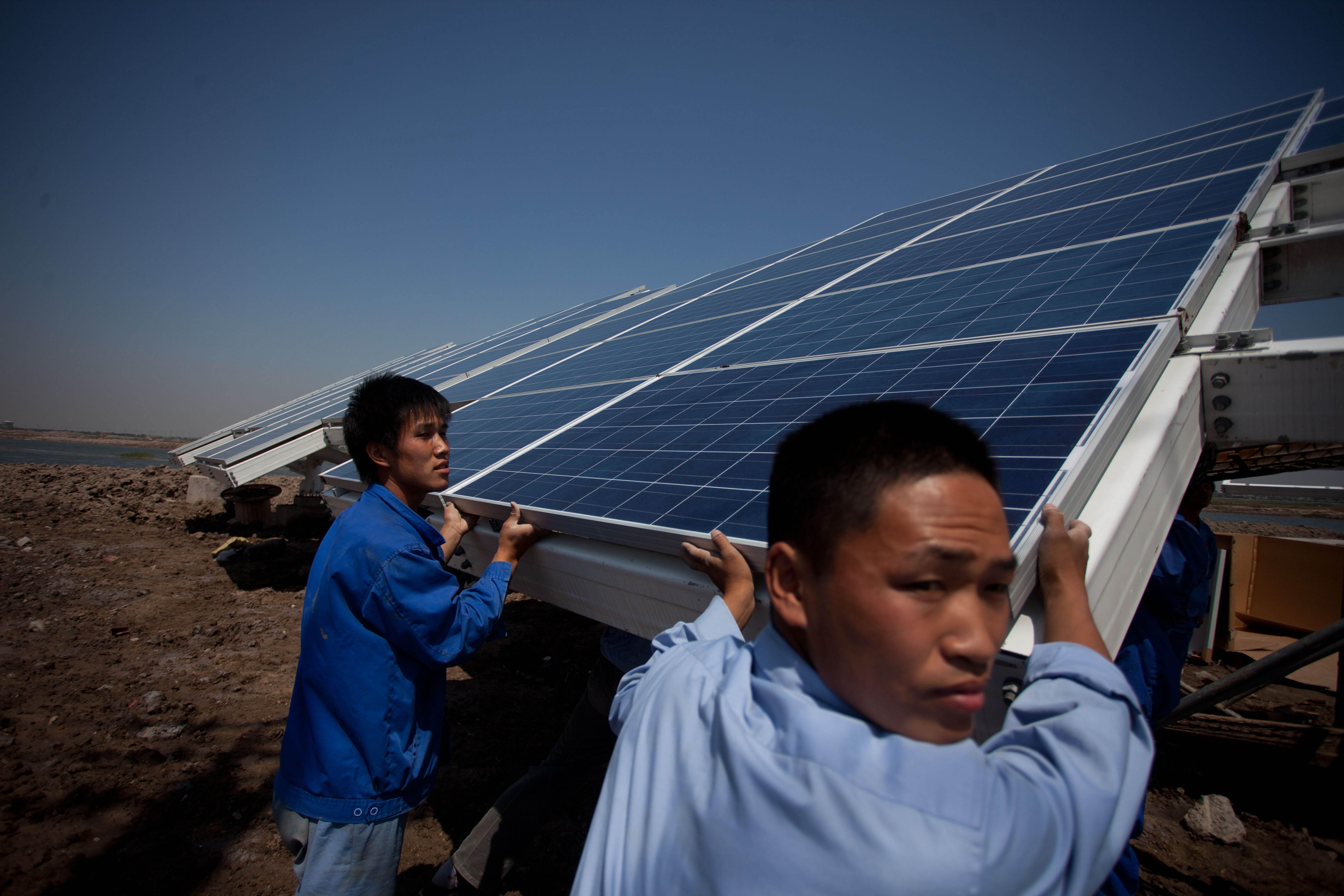 Comisia Europeană elimină tarifele anti-dumping pe panourile solare chineze