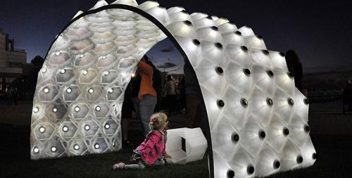 pavilion 3D alimentat solar
