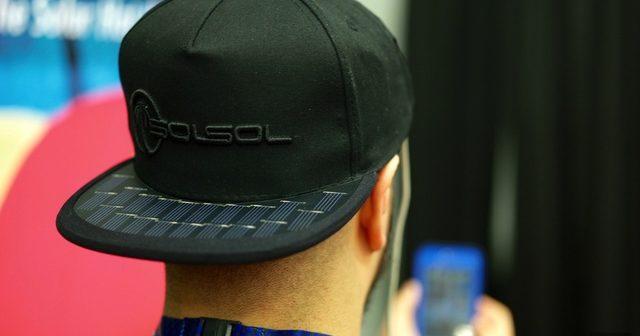 """Șapca """"solară"""", noua invenție pentru încărcarea telefonului mobil oricând și oriunde. Cât costă"""