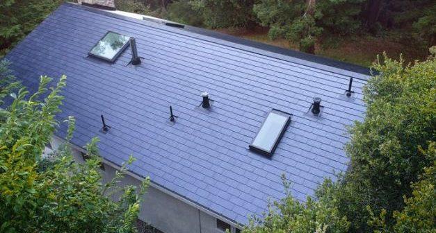 Tesla a finalizat instalarea primelor acoperișuri solare. Cine sunt beneficiarii