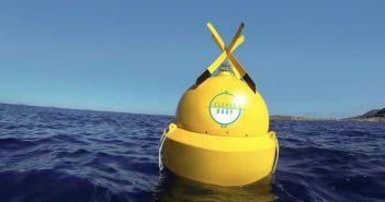 Un bărbat a creat baliza inteligentă care anunță apropierea rechinilor de oameni. Funcționează cu panouri solare