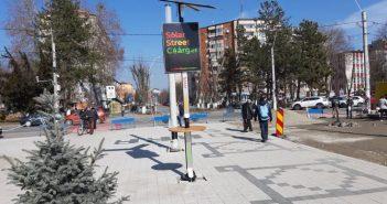 Încărcătoare solare stradale în centrul unui oraș din România